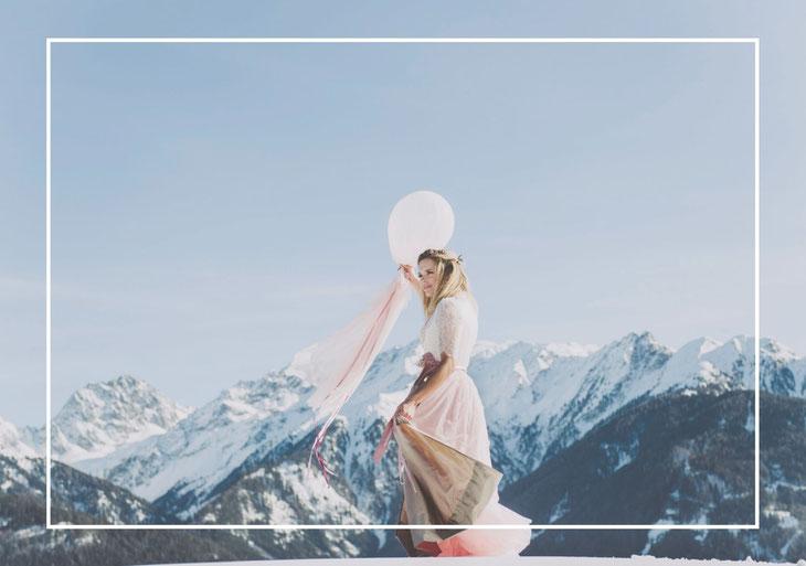Dirndl, Brautdirndl, Hochzeitsdirndl lang in der Farbe Peach aus Satin und Tüll mit gestiftelter Seidenschürze Berge Brautpaar Borte  Perlen Blumengürtel