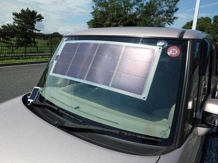 クルマのフロントガラスに下げれば車内の温度上昇を抑えながらスマホに充電することができます。