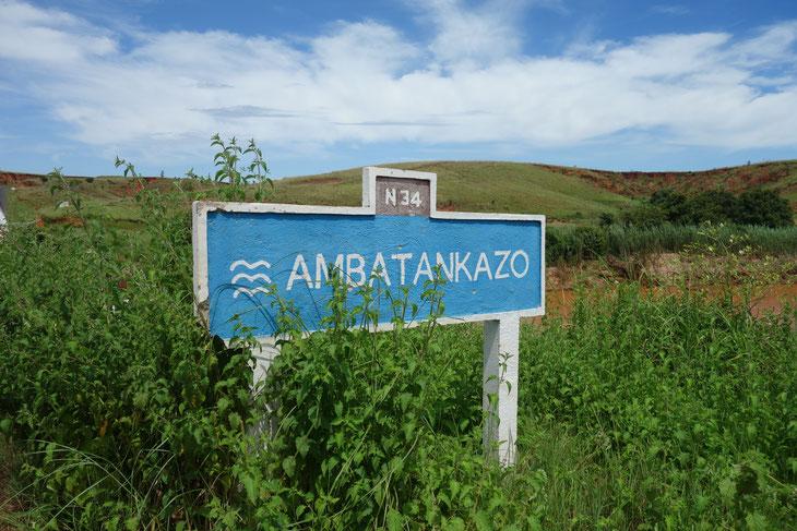 アンチラベからモロンダバに向かうドライブで目にした看板。「AMBATANKAZO」の意味は大きな木が集まるところだという。