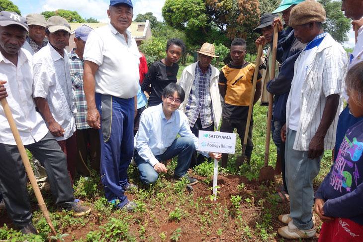 このワークショップの記念にアカシア250本とハーブ効果のあるラビンチャラの苗木を50本植林しました。