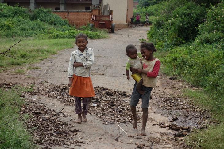 ニコニコしながら集まってくるマダガスカルの子どもたち