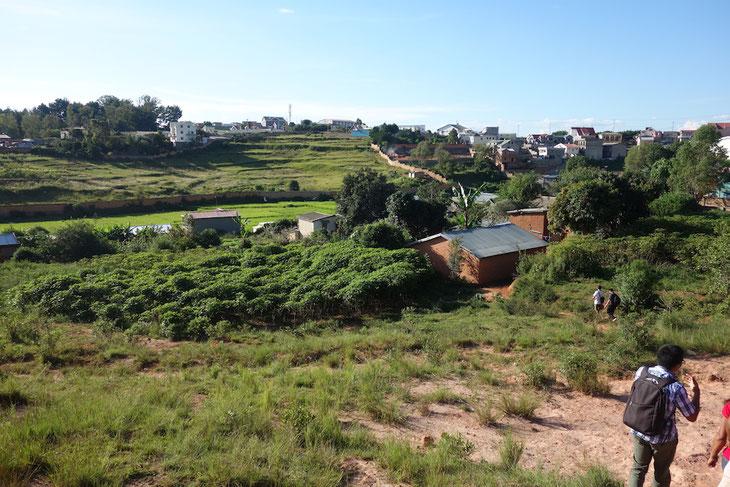 マダガスカル郊外にあるイラフィー地区。バイオガスを設置したギーさん一家はここで自給自足の農業をしています。
