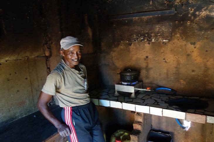 1日5時間はコンロで火が使えるよと自慢するギーさん。多くの人が訪ねて来るようになったそうです。