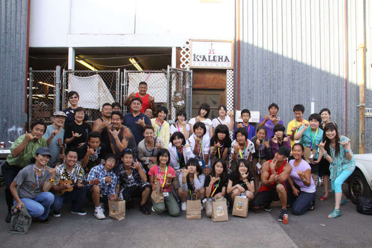 コアロハ・ウクレレ工場の前で工場の皆さんと集合写真