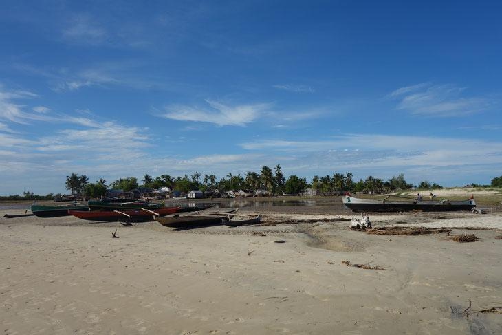 半島を通して本土とつながったベタニア漁村だが、村までの道が通じておらず、遠浅の海岸のため小舟でしかアプローチできない。