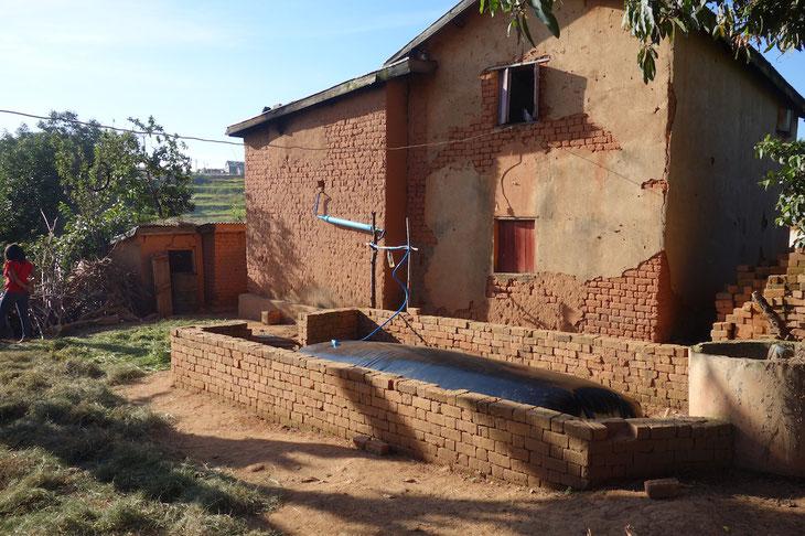マダガスカルで良く見かける赤いレンガづくりのギーさんの家に施設が設置されています。