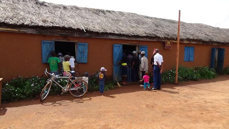 教室からこぼれた人たちは教室の外から講義に参加していました。
