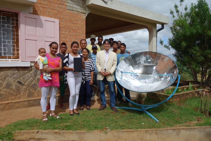 アンタナナリボの里山エネルギーセンターの仲間たち。すでにソーラークッカーで自分たちの食事をつくっていた。