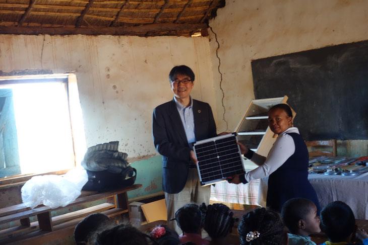 寄付されたナノ発電所SPSとソーラードライヤー。アフリカの太陽のもとで活用してもらうことで次の技術開発の礎にも。