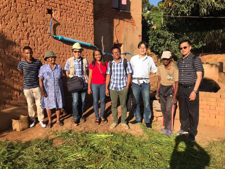 里山エネルギープロジェクトで設置した牛の糞尿を活用したバイオガスプラントを前に関係者が勢揃い