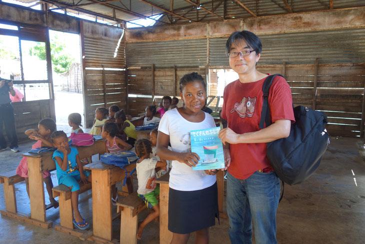 子どもたちを教えている先生たちとカメラマン堀内孝さんが出したヴェズ族の本で交流