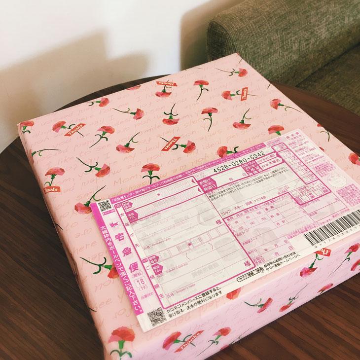 カーネーション柄の包装紙に包んでお届けします