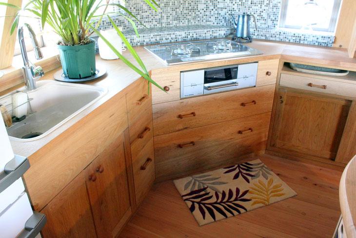 クルミ無垢材のⅬ型キッチン壁面収納(川崎市・Y様邸)