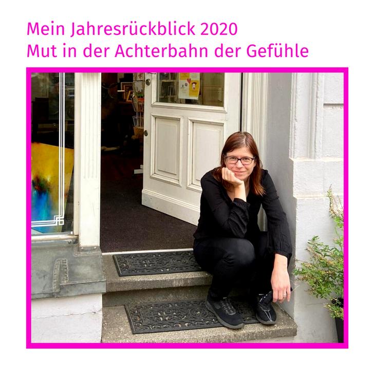 Hier sitze ich in der Tür meiner Galerie, im Frühjahr 2020 - Foto von Jea Pics