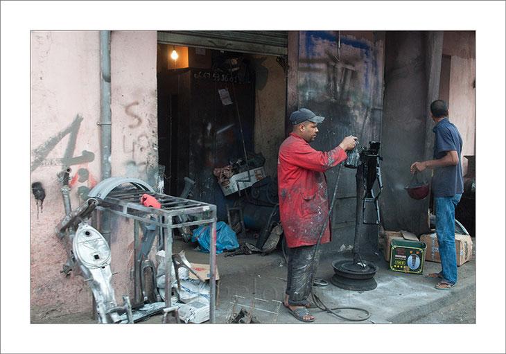 Marruecos, Marrakech, taller, portal, herrero, oficios, fotografía callejera, street photograph, fotografía de viajes, turismo