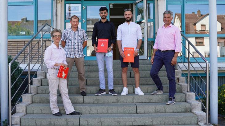 v.l.n.r.: Die beiden Klassenlehrer J. Lasarff und J. Krieg, die beiden Absolventen A. Hammad und K. Barakat sowie Abteilungsleiter Berufsschule Dr. F. Hartmann