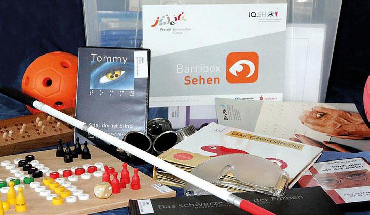 Foto der Barribox Sehen, enhält zum Beispiel Spiele für Menschen mit Sehbehinderung, einen Taststock, Filme und Bücher