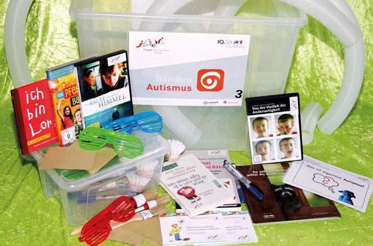 Foto der Barribox Autismus, enhält zum Beispiel einen Film, Kinder- und Jugendbücher und Brillen, die Reizüberflutung simulieren