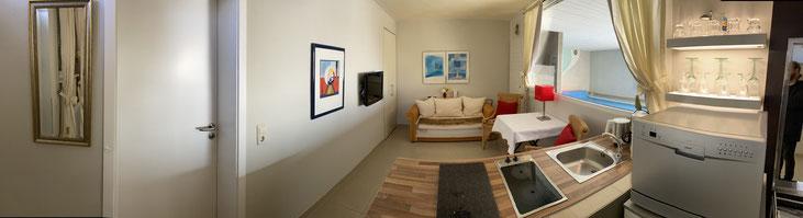 Die Wohnküche, (mit sehr großem Fenster und Blick über das Privat-Schwimmbad, mit freier Sicht zum See) ist bestens ausgestattet mit Microwelle und allen erforderlichen Geräten, modernem Flachbild-Fernseher mit DVD-Player und einer Klappcouch (auch Schlaf