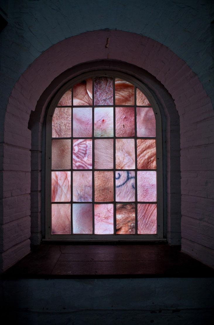 Verletzlichkeit, C-Prints auf Opalfolie, mehrere Nahaufnahmen von menschlicher Haut, Größe individuell Festungskirche in Ehrenbreitstein Koblenz, 2015