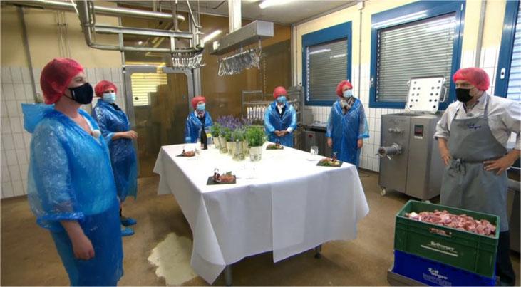 Stefan Zellweger gibt Einblick in die Salamiproduktion. Bild: Video SRF