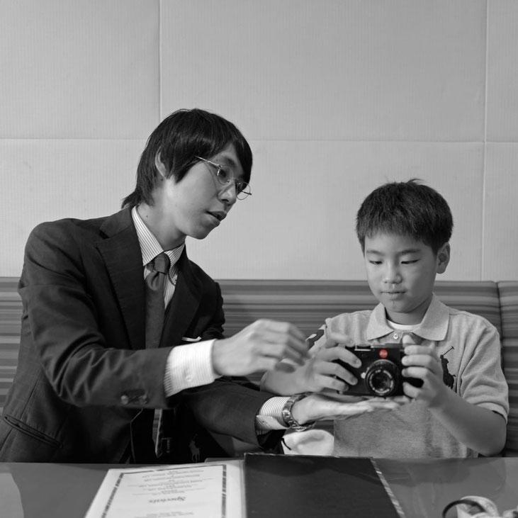 画像: 東京アメリカンクラブでライカMの使い方の復習をしている様子