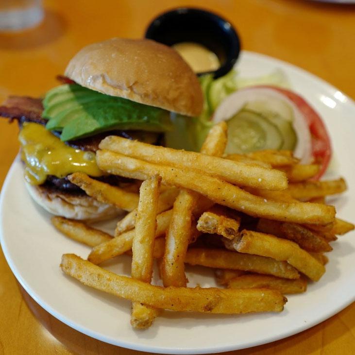 画像: 東京アメリカンクラブのハンバーガー