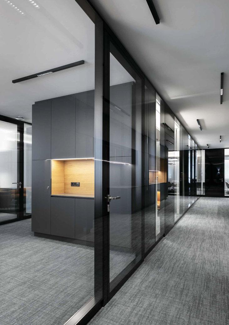 Glastrennwand flächenbündig für Büro & Praxis - für exklusive Ansprüche - Trennwand aus Glas im Büro - Sichtbare Perfektion - Foto: feco-feederle GmbH, Fotograf Nikolay Kazakov - fecostruct