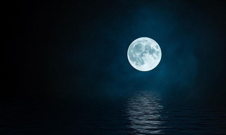 Tout comme la lune nous éclaire et nous rassure pendant la nuit, Jésus par son enseignement nous éclaire et par son sacrifice nous donne l'espérance dans l'obscurité de ce monde. Je suis la lumière du monde.