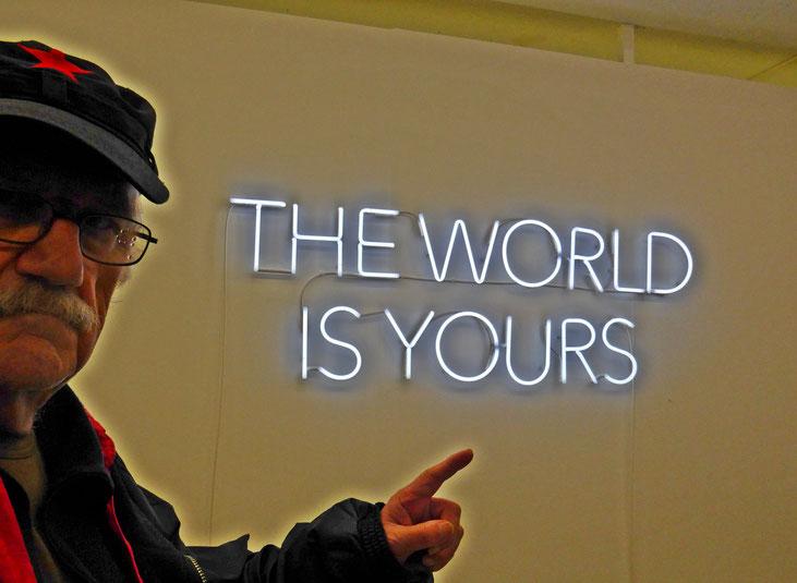 Pedro Meier Zitat / Quote – »THE WORLD IS YOURS« – Vernissage – DIENSTGEBÄUDE ZÜRICH – »Selfie Art Project« by Pedro Meier Multimedia Artist – Neon-Schrift – Gerhard Meier Weg Atelier: Niederbipp – Olten – Bangkok