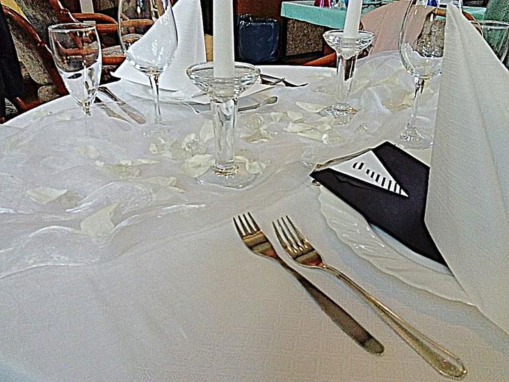 Tischdekoration - Hochzeit, weiß, Kerzen, Smoking,