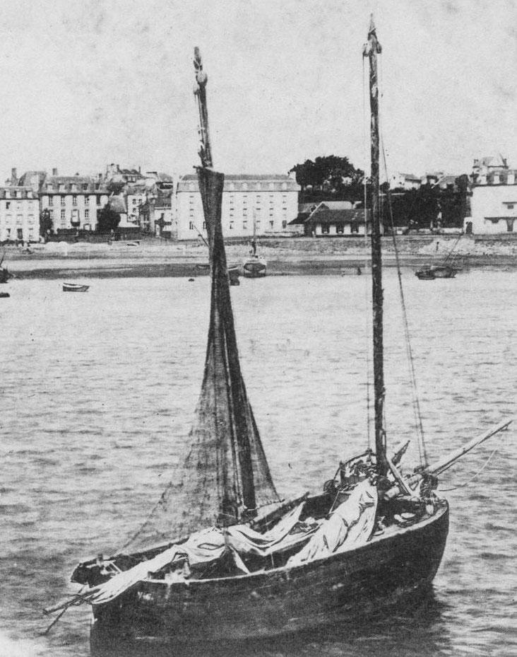 Chaloupe pratiquant le chalut à Portrieux,  son allure est archaïque et les bateaux à cul pointu ne sont pas courant en Bretagne Nord