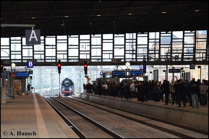 In Chemnitz Hbf. wird der Zug schon sehnsüchtig erwartet. Die vielen Mitreisenden zücken natürlich auch den Fotoapparat als der Zug in den Bahnhof rollt