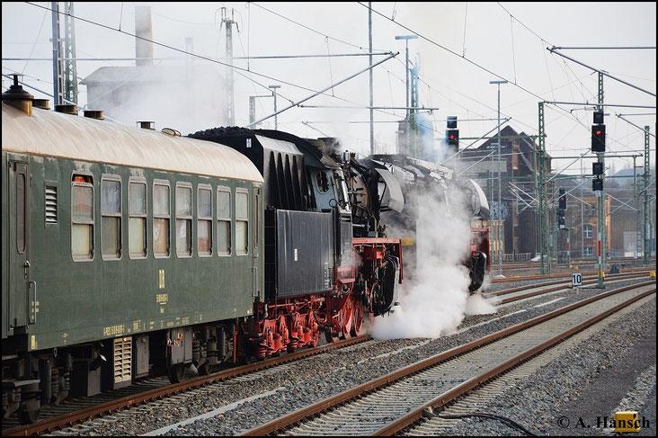Aufgrund der enormen Zuglänge muss der Zug bis ans Ausfahrtssignal heranrollen