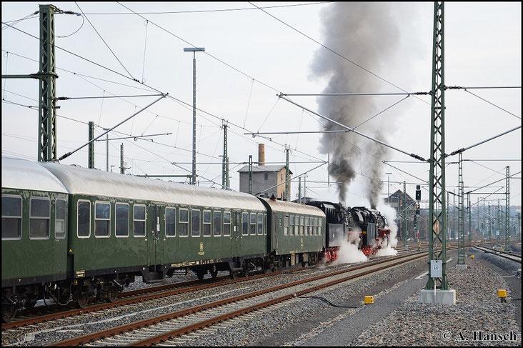 Ausfahrt frei! Nach wenigen Minuten Aufenthalt setzt sich der Zug schließlich mit harten Auspuffschlägen Richtung Freiberg/Dresden in Bewegung