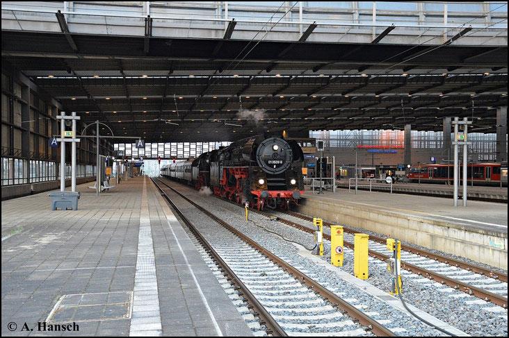 Nachdem 35 1097-1 und 118 770-7 als Loks angekündigt waren, war Vorspannlok 01 0509-8 eine Überraschung