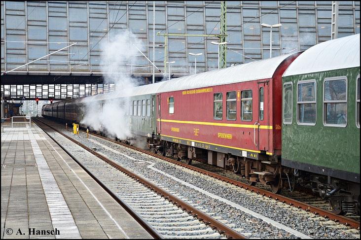 Ganze 13 Wagen zählt der Zug. So tritt der seltene Fall ein, dass der Bahnsteig von Gleis 12 in voller Länge genutzt wird