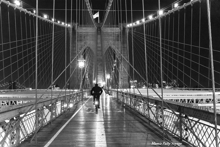 Cycliste sur Brooklyn Bridge, New York