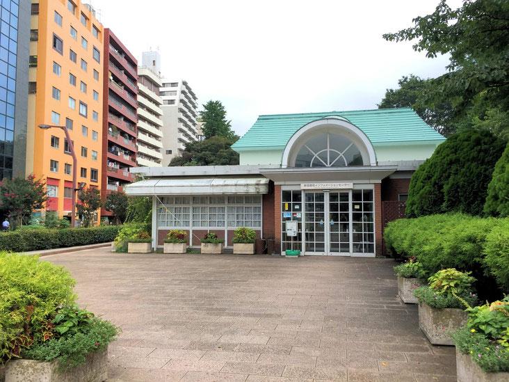 御苑の「新宿門」左側にあるインフォメーションセンター