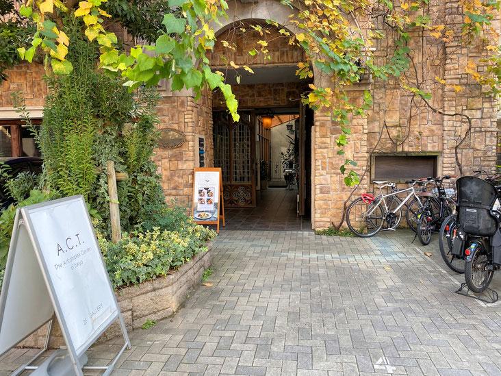 会場の入り口です。この入口を入ってすぐ右にある階段を上がると、展覧会場があります。