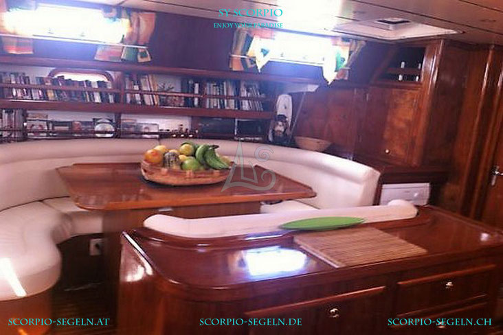 Der Saloon der Segelyacht Scorpio in der Karibik