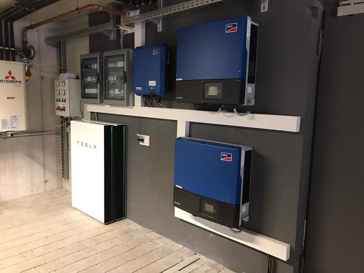 Mehrere verbaute SMA Wechselrichter bei einer größeren Photovoltaikanlage © iKratos