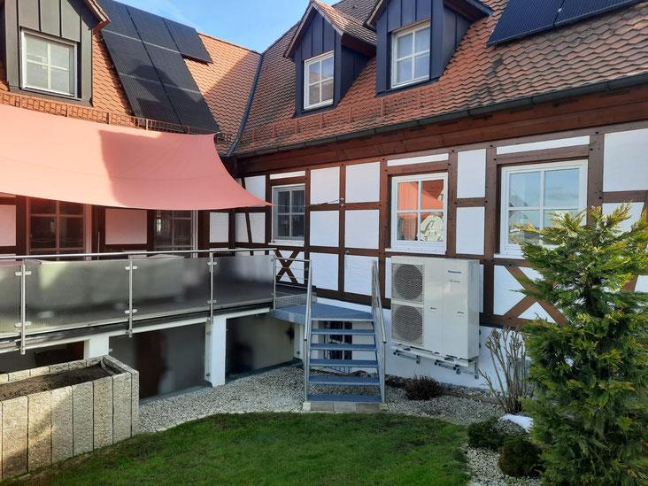 Photovoltaik und Wärmepumpe auf einem Einfamilienhaus © iKratos