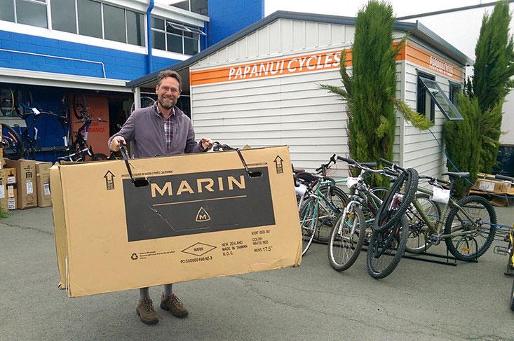 Zwei Velokartons ergattert, jetzt gehts in Christchurch ans Verpacken!