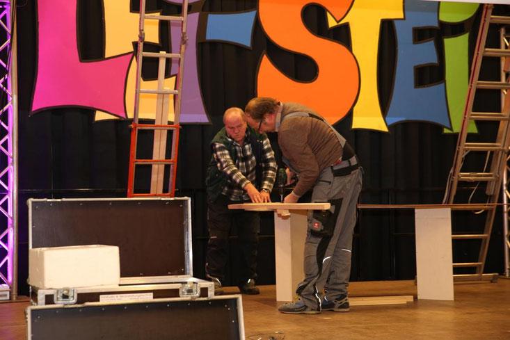 """""""Mecki-Petz"""" Manfred Huber (vorne)ist für die Bühnengestaltung, diverse Bauten und Utensilien der Akteure zuständig"""