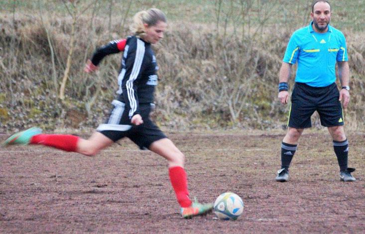 Mannschaftskapitänin Larissa Henss verwandelt den ihr von Schiedsrichter Mustafa Altay zugestandenen Foulelfmeter zum Anschlusstreffer