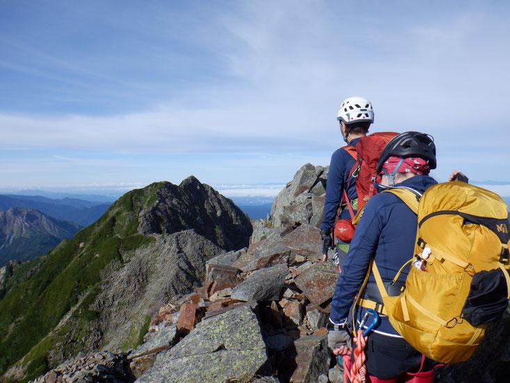 間ノ岳より登ってきた稜線を振り返る。奥が西穂高岳。
