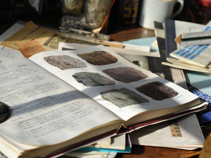 机の上には考古学者らしく鉱石の本が開かれている。芸が細かい!