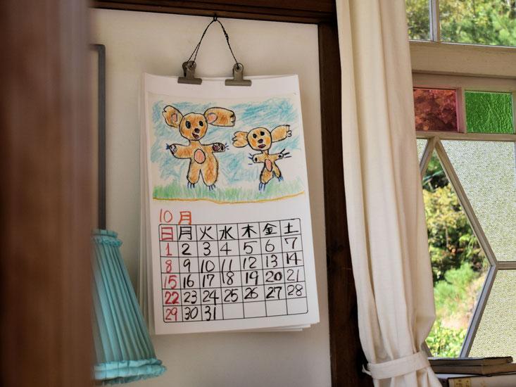 お父さんの部屋に飾られているカレンダー。おそらくメイが書いたと思われるカレンダーの絵。天才キターーーーー!!