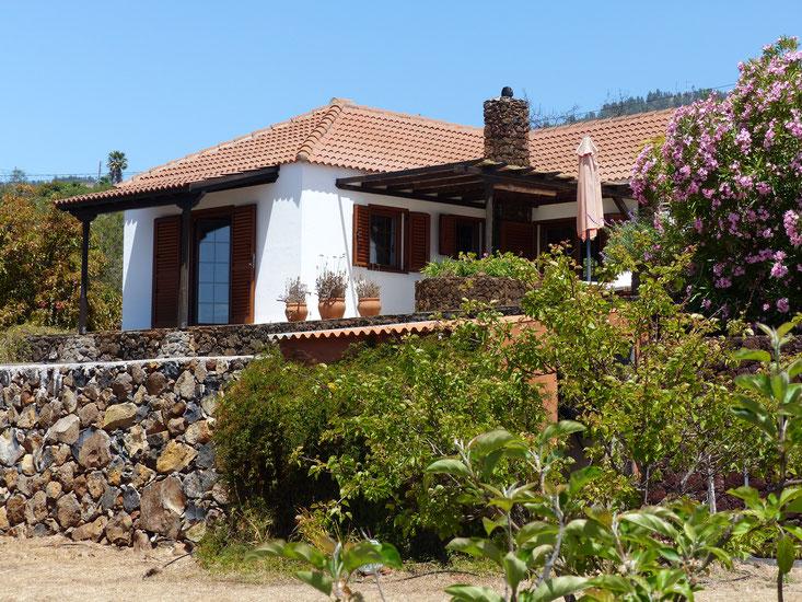 Tropische Pflanzen, gepflegter Garten rund ums Ferienhaus, Ruhe und Meerblick von der gesamten Finca